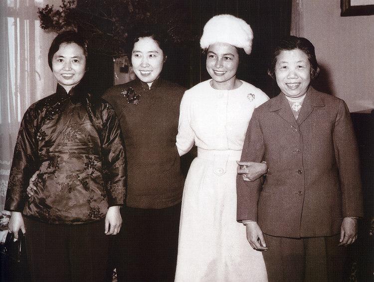 1962年,我国第一代夫人外交的几位代表人物:周恩来夫人邓颖超(右1)、刘少奇夫人王光美(右3)、陈毅夫人张茜(右4),与柬埔寨王国首相西哈努克夫人莫尼列合影。