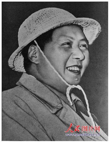 1958年,毛泽东在安徽工厂视察。