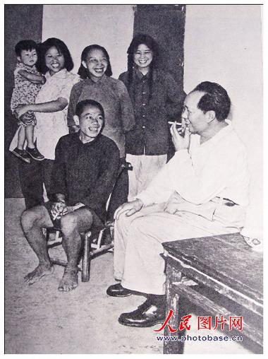 1959年,毛泽东在故乡韶山同贫农社员亲切谈话。
