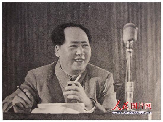 1955年,毛泽东在全国代表会议上。