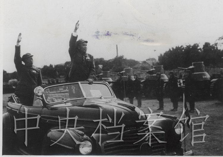 1949年10月1日,开国大典时朱德和聂荣臻检阅陆、海、空三军