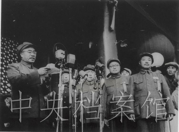 1949年10月1日,朱德在开国大典上下达阅兵命令