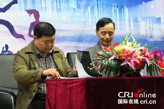 中共延安五老研究会代表吴润泽秘书长与燕京理工学院代表盛维勇校长签约。