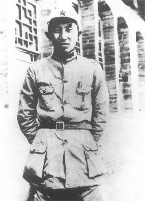 1935年9月20日,红一方面军和军委纵队整编为陕甘支队后,罗瑞卿任第二纵队政治部主任。10月下旬,率部到达陕北吴起镇。不久,调任第一方面军保卫局局长。图为初到延安的罗瑞卿。