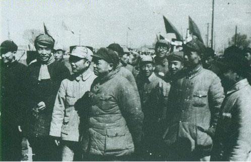 1949年4月初,彭德怀和李志民(右二)到太原前线,在火车站上受到