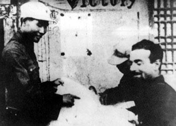 1936年8月12日,肖劲光(左)以红29军军长的身份,在宁夏预旺堡西征红军司令部同美国记者埃德加·斯诺亲切交谈。