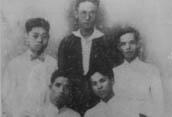 1925年阮啸仙(中间站者)与杨石魂(右下一)等人合影。