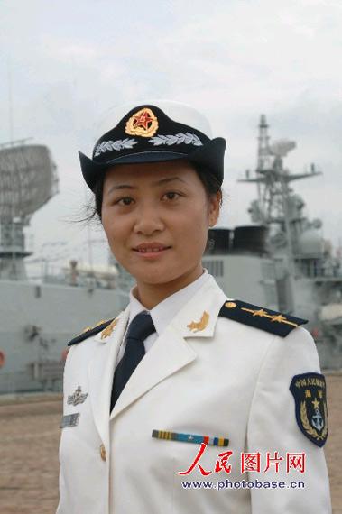 穿着新式春秋常服的女军官-O七 式军服 8图片