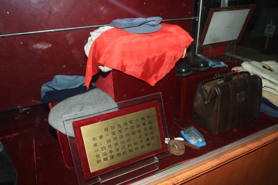 海军首任司令员萧劲光大将生前使用过的办公、
