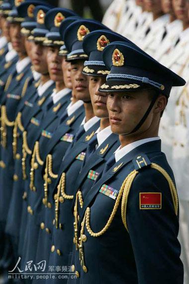着07式新军装礼服的解放军空军军官-大阅兵 部队每次都穿什么军服 7图片