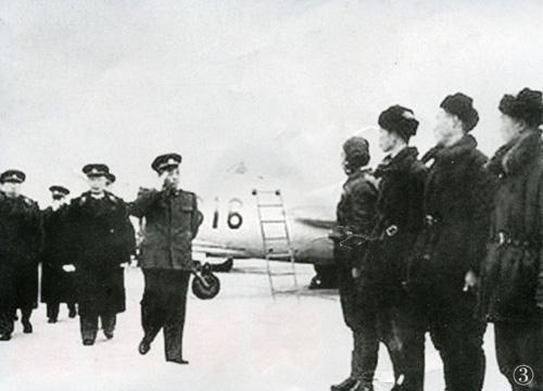 彭德怀、聂荣臻视察空军部队。
