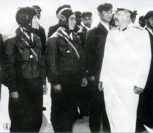 1961年,贺龙接见空军飞行员。
