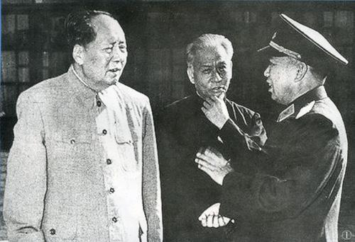 空军首任司令员刘亚楼上将和毛泽东、刘少奇在一起。