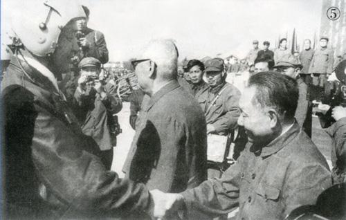 邓小平和叶剑英观看空军飞行表演后,同飞行员握手。