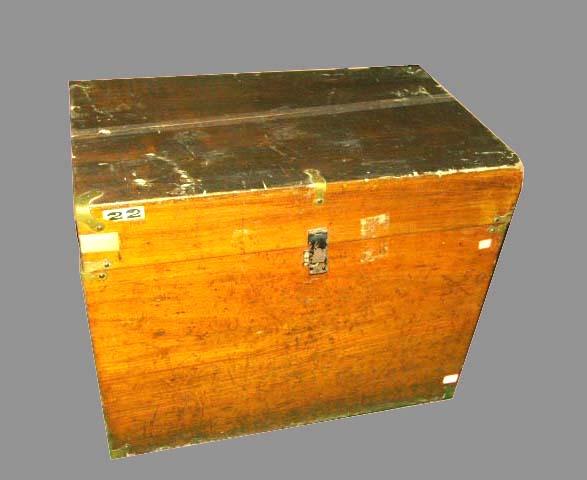 那是两个粗糙笨重的木头箱子,两尺高,三尺长,一尺多宽,外面刷了清漆