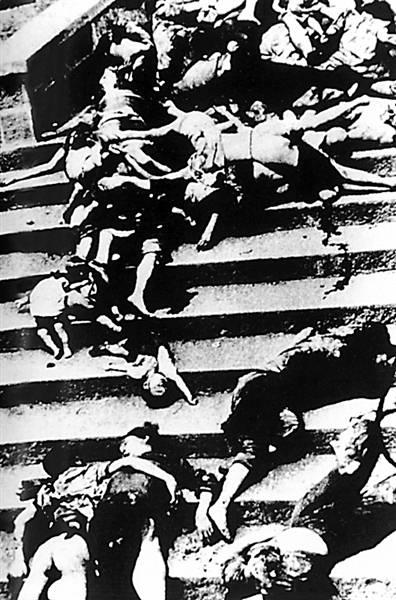 日本侵略者的飞机对上海火车站狂