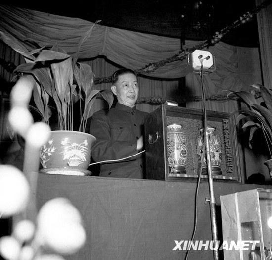 """1950年4月3日,中国戏曲研究院在北京成立。梅兰芳任院长。毛泽东主席为中国戏曲研究院成立题词:""""百花齐放,推陈出新""""。这是梅兰芳在中国戏曲研究院成立大会上讲话(资料照片)。新华社发"""